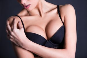 10 звезд, которым повезло иметь натуральную большую грудь.